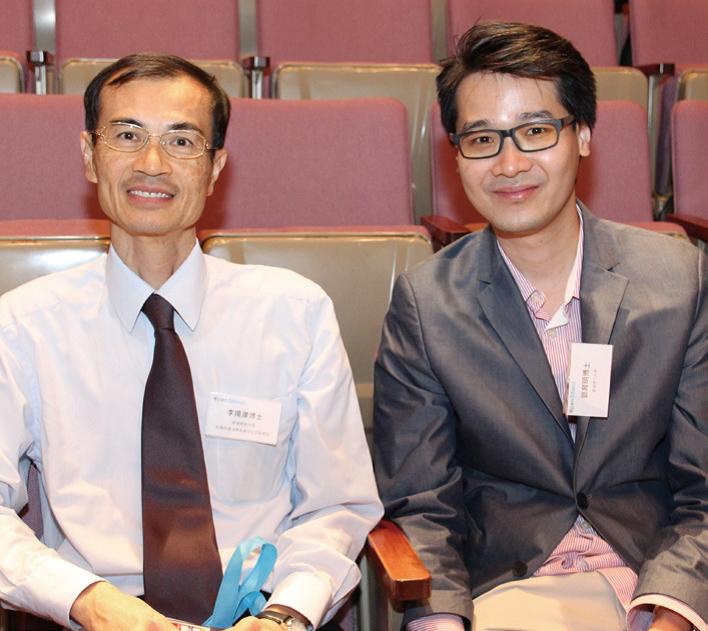 李揚津博士( 左) 與鄧育明博士對老師的教學熱誠與專業態度,十分讚賞。