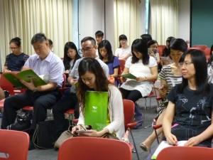 老師專心聆聽講者介紹學古文的意義