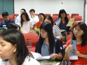 老師專心聆聽講者介紹 如應用成語,提高品學鑑賞、思考、寫作能力