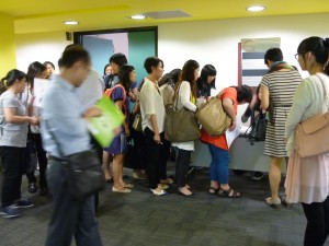 講座開始前,參加者到場登記