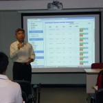 明報教育產品經理陳國樑先生向與會者介紹及示範Native Apps推送及短訊服務