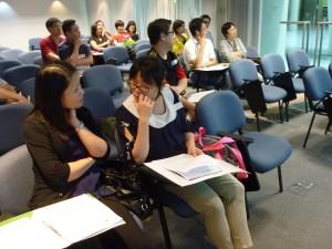 老師專心聆聽講者解說iCampus管理系統(CMS)功能特色