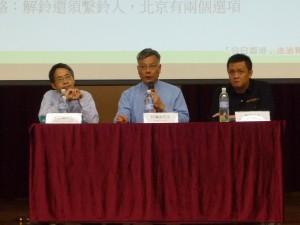 講座嘉賓及主持﹕鄧飛先生  (將軍澳香島中學副校長、香港教育工作者聯會主席)、何滿添先生(佛教善德英文中學校長)、劉進圖先生(明報教育出版有限公司營運總監)