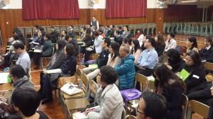 老師專心聆聽以法治國對民眾的影響
