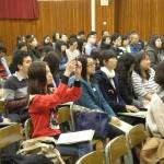 老師積極投入講座並拍攝記錄