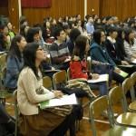 老師專心聆聽講者提出建設性綜合判斷其成敗對錯