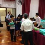參加者陸續領取新出版高中通識的四個單元