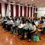 老師專心聆聽劉進圖先生講解韓流的影響