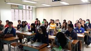 教學助理老師專心聆聽課程